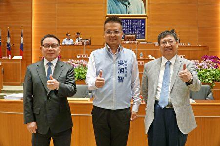 新竹縣議員吳旭智(中)在縣議會第19屆第5次定期會總質詢。
