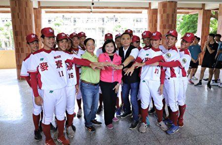 縣長張麗善為棒球隊加油