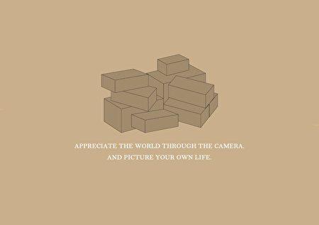 圖為南華大學傳播學系106級畢業展覽「攝繪」的主視覺設計,利用色塊層層堆疊,象徵自我的成長以及堆砌夢想。