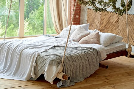 Hanging,Wooden,Bed,Suspended,From,Ceiling,With,Pillows,And,Cozy,臥室,鄉村風,吊床