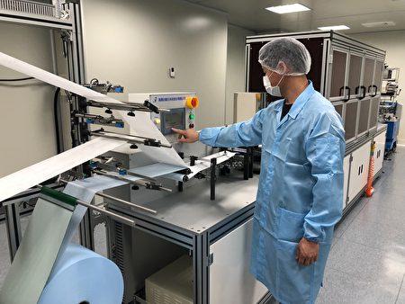 """弘光科大设置""""自动化口罩生产实验室"""",生产无耳挂黏贴式口罩。"""
