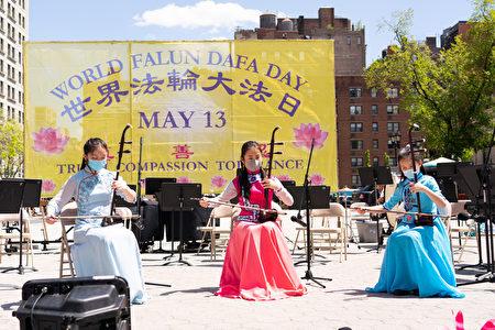 5月13日是世界法轮大法日,也是法轮大法创始人李洪志先生华诞。5月11日纽约部分法轮功学员在纽约市中心联合广场欢庆世界法轮大法日。
