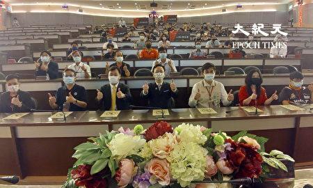 侨委会委员长童振源(前中)与来宾合影。