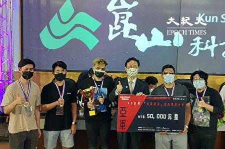 """侨委会委员长童振源(中右)与获得侨生电竞大赛亚军的""""Brainded""""队合影。"""