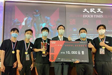 """侨委会委员长童振源(中右)颁奖给获得侨生电竞大赛殿军的""""YouthXB""""队。"""