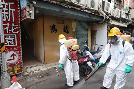 圖為防疫人員展開消毒工作。
