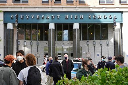 2021年5月12日,Teens Take Charge舉辦集會要求教育平等與廢除SHSAT,市警局也到史岱文森高中前維護治安。