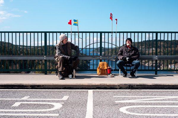 7旬双胞胎因疫情分隔瑞典挪威 每周边界相见