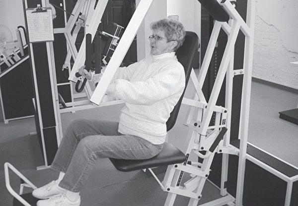 老年人最能受益于高强度的肌力训练计划。(采实文化提供)