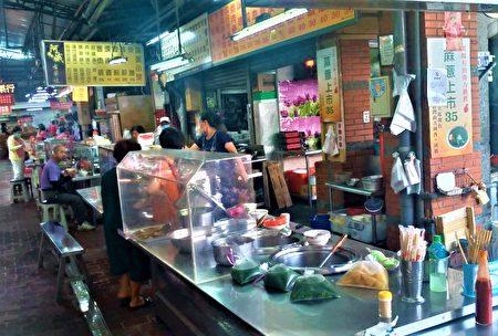 卖麻薏的小吃摊表示,第二市场内许多店家,这一年都已经被要求加装透明隔板,与客人区分开来。