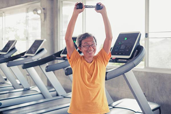 年长者通过适当的肌力训练,能比年轻人明显得到更多的好处。(Shutterstock)
