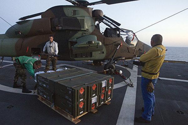 2011年6月14日,法军的虎式攻击直升机对利比亚夜间突袭后,返回了两栖攻击舰雷霆号的甲板上。(Joel Saget/AFP via Getty Images)