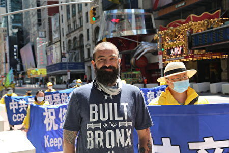 纽约当地居民杰森·韦伯表示,真、善、忍是非常好的价值观,每个人都应遵循。
