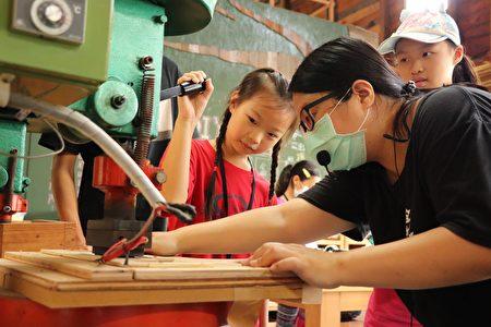 愛木村體驗木材加工。