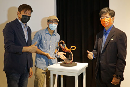 大葉大學造藝系吳征鴻(中)向黃俊熹院長(右)與吉田敦老師(左)介紹作品。