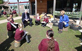 组图:英国首相与前澳洲总理访问小学