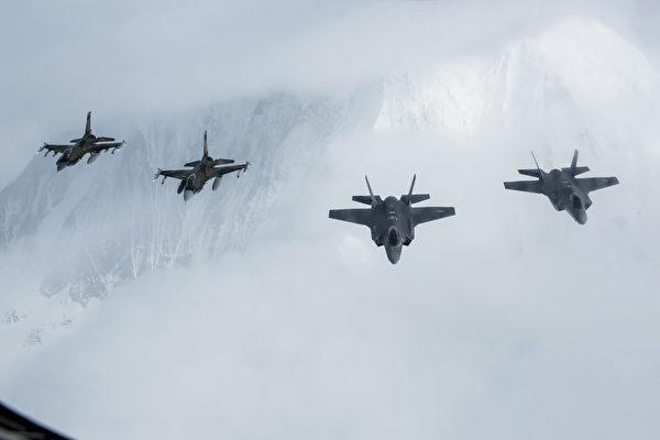 2020年4月21日,2架F-16C(左)和2架F-35A闪电II战机飞跃阿拉斯加山脉上空。(美国空军)