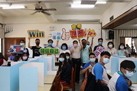 嘉義市長黃敏惠在教育處長林立生等人陪同下,前往嘉義女中巡視考場防疫措施,並給學生加油打氣,秀出各種舞鼓士氣的標語。