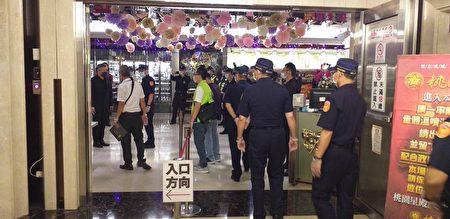 桃園10大行業全面停業,警局長陳國進警方與聯合稽查小組進行柔性勸導。