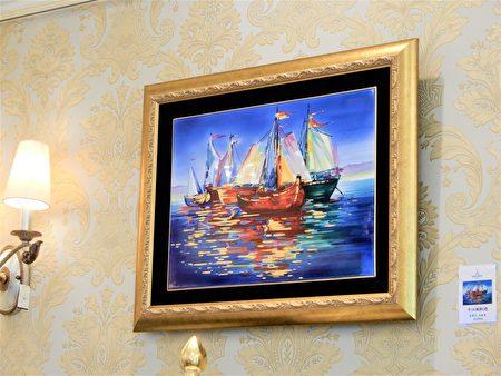 """壁画""""千江风帆过""""用瓷画方式烧制出油画的效果。"""