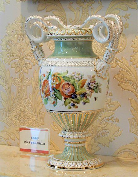 """""""缤纷花果""""花瓶将花卉之美与蛇柄花瓶进行了完美的结合。"""