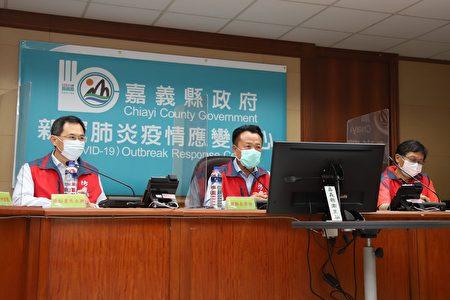 新冠肺炎疫情严峻,嘉义县政府15日紧急召开应变会议,由县长翁章梁(中)亲自主持会议。