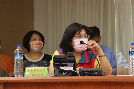新冠肺炎疫情严峻,嘉义县政府15日紧急召开应变会议,卫生局长赵纹华(如图)呼吁,本次强烈规定观光景点及场馆控制人流及落实防疫,无法管制者一律要求关闭。