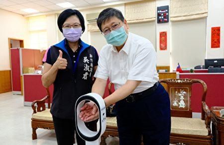竹縣暖心議員吳淑君(左)捐贈湖口10校自動消毒機,獲縣長楊文科(右)表揚。