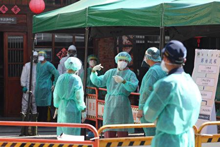 北市万华区剥皮寮快筛站16日一早就涌现排队人龙,现场医护人员积极准备因应。