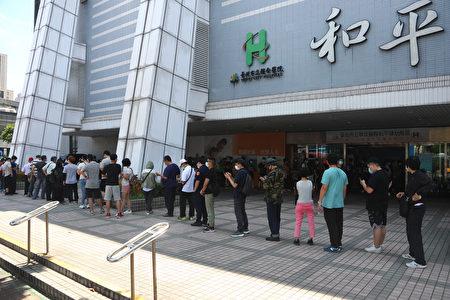 国内疫情升温,台北市升至第三级防疫警戒,和平医院 16日涌现排队打疫苗的人潮。