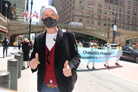 意大利裔的安德拉斯(Andrass)说游行队伍的音乐抚慰人心。