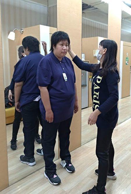 嘉義就業中心就業服務員李雅芬協助小文挑選衣服,讓小文看起來更精神。