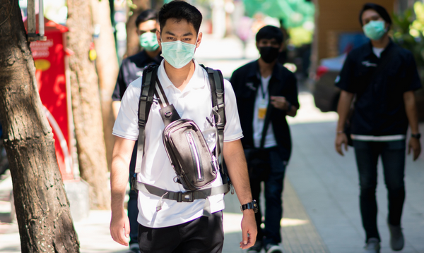台灣疫情急速升溫,如果擔心接觸過確診者,要勤洗手、戴口罩,並避免群聚。(Shutterstock)