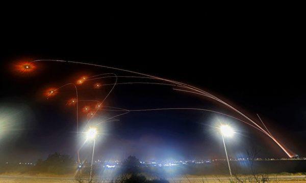 5月10日,铁穹系统在以色列南部城市阿什凯隆上空连续拦截哈马斯发射的火箭。(Jack Guez/AFP via Getty Images)