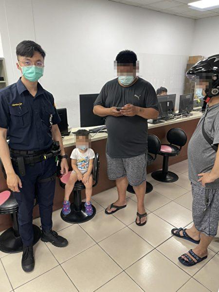 幼童与家人采买防疫物资走失,中坜警帮忙照料。