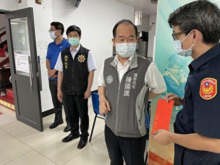 桃市警局长陈国进,代表署长慰勉平镇警防疫辛劳。