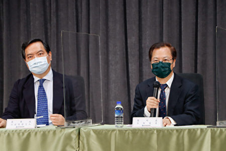 国发会主委龚明鑫(右)周二(5月18日)表示,若能在6月底前将疫情控制住,对经济成长率影响约为0.16个百分点。