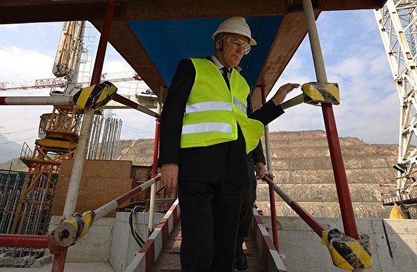 2013年12月8日,法國前總理艾羅(Jean-Marc Ayrault)訪問了廣東省台山市郊外的中法合作的泰山核電站。(Peter Parks/AFP via Getty Images)