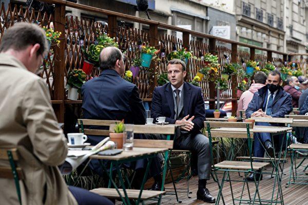 法国总统马克龙被掌掴 嫌犯是中世纪剑术迷