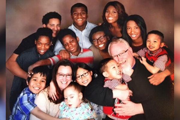 愛心夫婦收養不同種族13個孩子 還將繼續