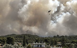 组图:希腊科林斯发生森林大火 多地居民撤离