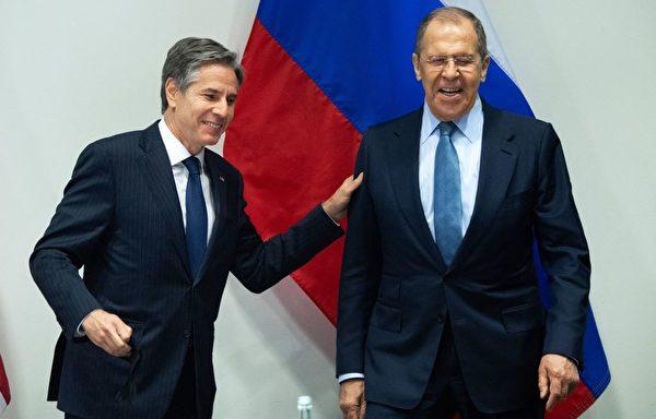 5月19日,美国国务卿布林肯(左)和俄罗斯外长拉夫罗夫(右)在冰岛会晤。(Saul Loeb/POOL/AFP via Getty Images)