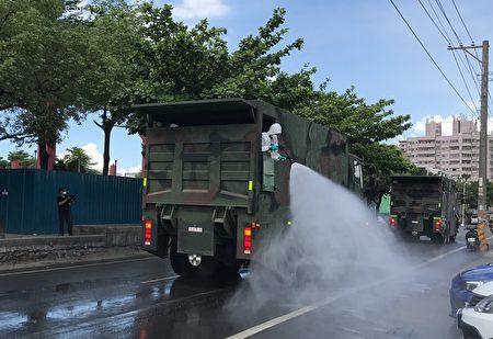 屏东潮州镇疫情紧张,出动52名化学兵进行镇内大清消。