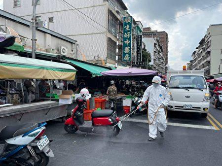 屏东县政府24日针对确诊者足迹进行消毒。