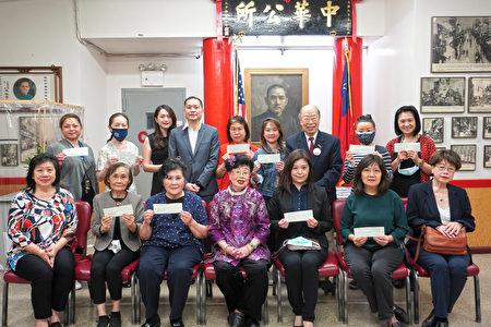 2021年5月24日,富貴粵劇學院校長李伍惠蓮(前排中)與獲贈的十個單位代表合影。