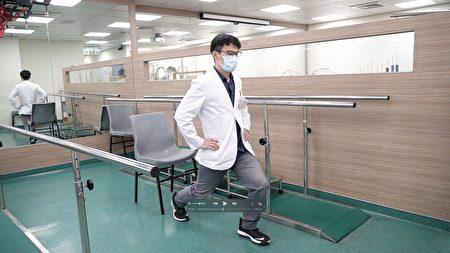 天晟医院复健科物理治疗师示范前弓后箭步。