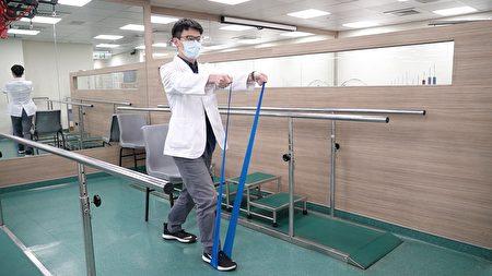 天晟医院复健科物理治疗师示范手臂肌训练(弹力带)。