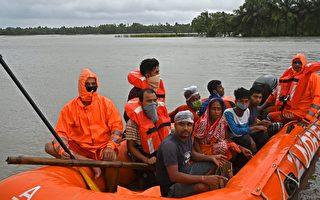 组图:气旋雅斯侵袭印度东岸 至少五人死亡