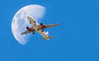 """完美瞬间 法国摄影师耐心捕捉""""飞机穿月"""""""