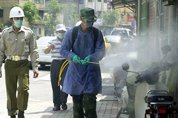 台湾本土疫情延烧,万华茶室为关键传播链,当地不断进行消毒。(PATRICK LIN/Getty Images)